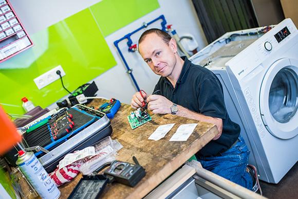 Techniker bei Gerätereparatur