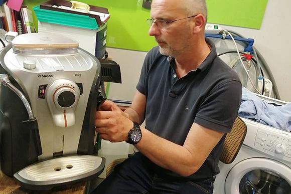 Techniker bei Kaffeemaschinen Reparatur